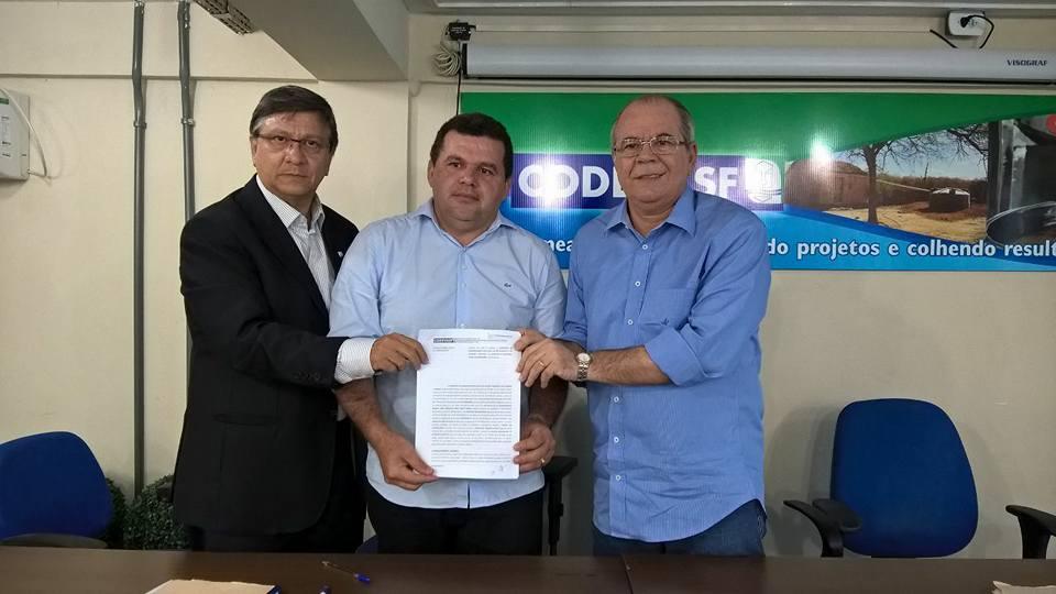 Prefeitura celebra convênio para aquisição  de máquina retroescavadeira hidráulica